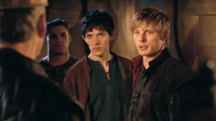 Merlin: Colin Morgan e Bradley James in una scena dell'episodio Lancillotto e Ginevra della seconda stagione