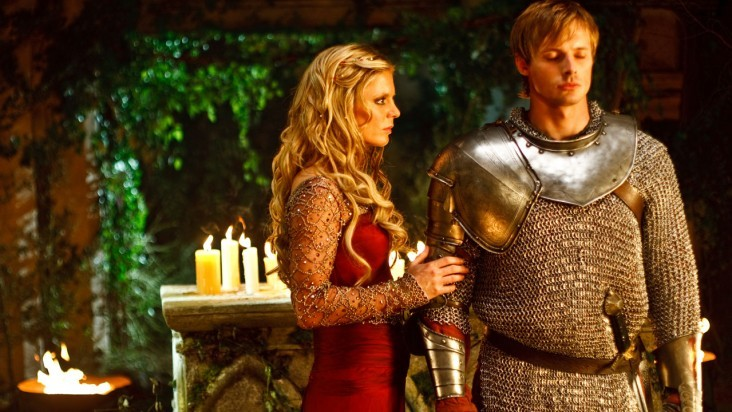 Merlin: Emilia Fox con Bradley James in una scena dell'episodio I peccati del padre, della seconda stagione