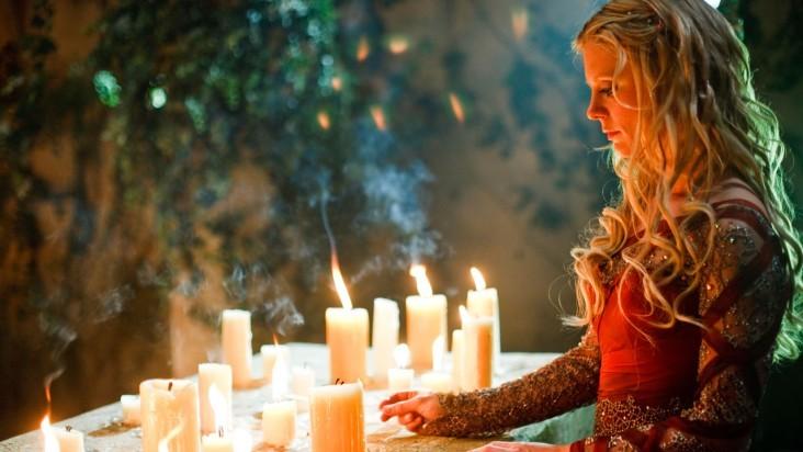 Merlin: Emilia Fox in una scena dell'episodio I peccati del padre, della seconda stagione