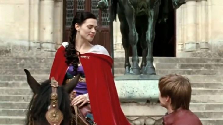 Merlin: Katie McGrath durante una scena dell'episodio Lancillotto e Ginevra della seconda stagione