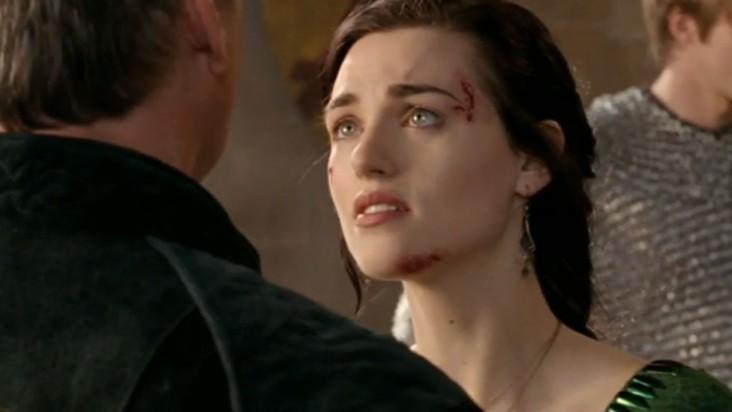 Merlin: Katie McGrath in una scena dell'episodio Lancillotto e Ginevra della seconda stagione