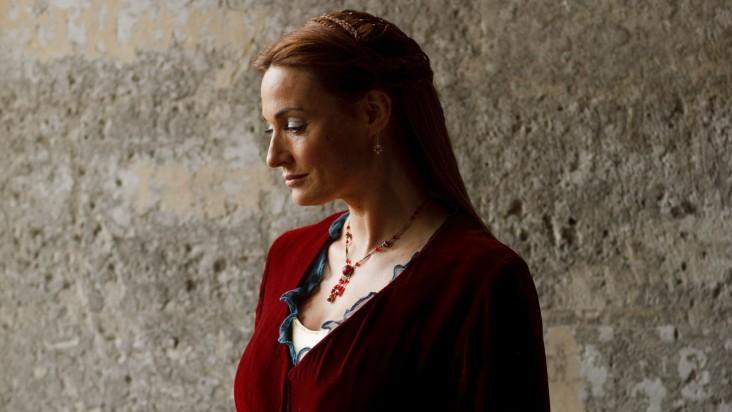 Merlin: Sarah Parish in una scena dell'episodio La bella e la bestia: Parte 1, della seconda stagione