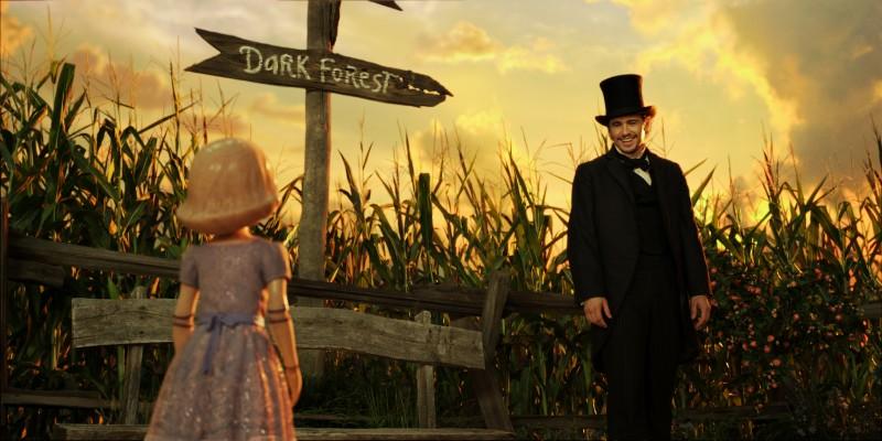 Il grande e potente Oz: James Franco sorride a una delle strane creature che popolano il regno di Oz