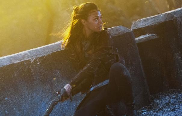 Zoe Saldana in azione in una pericolosa scena di Star Trek 2