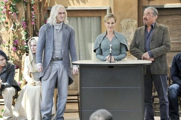 Defiance: Graham Greene, Julie Benz e Tony Curran  in una scena del pilot della serie