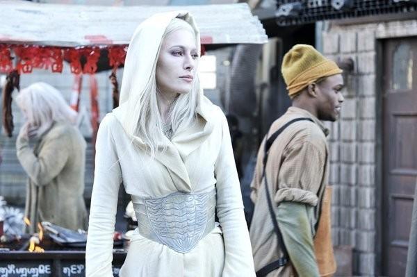 Defiance: Jaime Murray in una scena del pilot della serie
