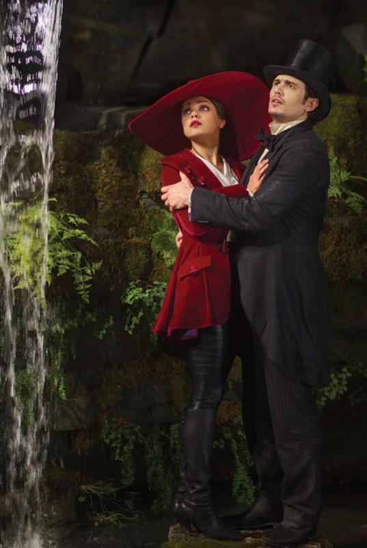 Il grande e potente Oz: James Franco e Mila Kunis, spaventati dalle creature di Oz, si abbracciano