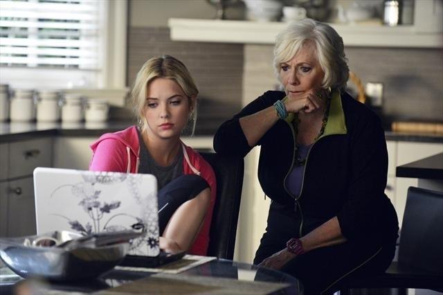Pretty Little Liars: Ashley Benson e Betty Buckley nell'episodio She's Better Now
