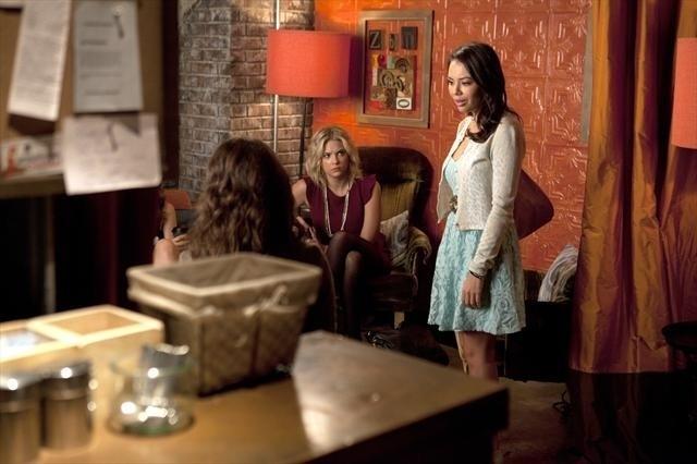 Pretty Little Liars: Ashley Benson e Janel Parrish nell'episodio Mona-Mania