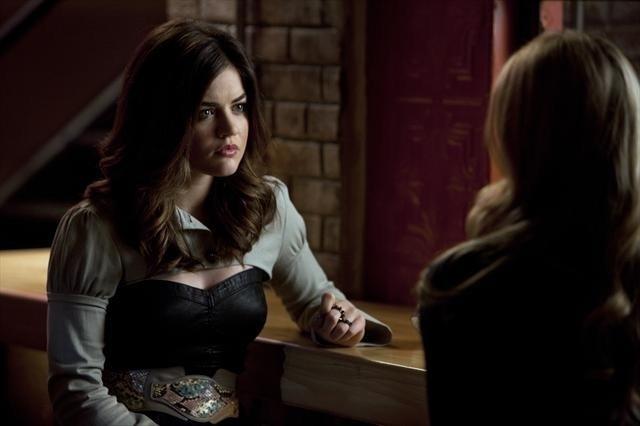 Pretty Little Liars: Lucy Hale nell'episodio Mona-Mania