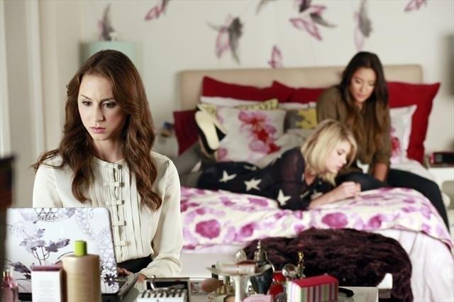 Pretty Little Liars: Troian Bellisario, Ashley Benson e Shay Mitchell in una scena dell'episodio Misery Loves Company