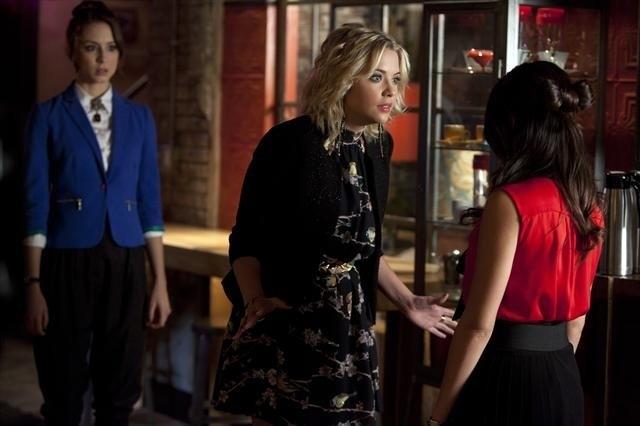 Pretty Little Liars: Troian Bellisario ed Ashley Benson nell'episodio Mona-Mania