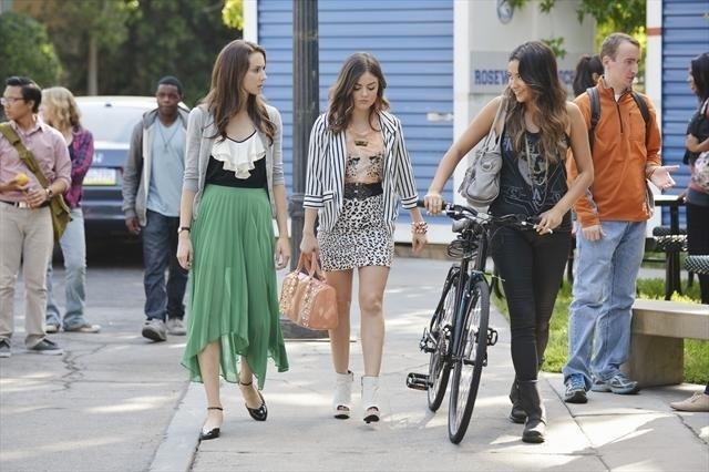 Pretty Little Liars: Troian Bellisario, Lucy Hale e Shay Mitchell nell'episodio She's Better Now