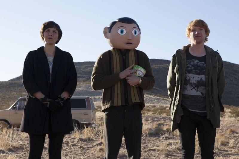 Maggie Gyllenhaal, Michael Fassbender e Domhnall Gleeson nella prima immagine di Frank
