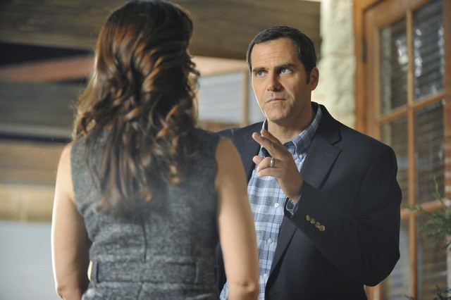 The Lying Game: Charisma Carpenter ed Andy Buckley nell'episodio No Country for Young Love
