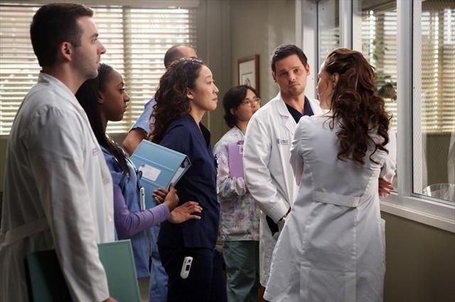 Grey's Anatomy: Justin Chambers, Sandra Oh e altri membri del cast nell'episodio The End is the Beginning is the End, della nona stagione