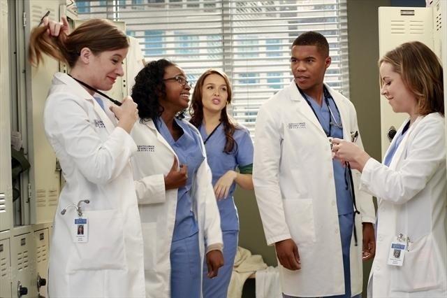 Grey's Anatomy: Tessa Ferer, Jerrika Hinton, Camilla Luddington, Gaius Chalres e Tina Majorino nell'episodio Love Turns You Upside Down, della nona stagione