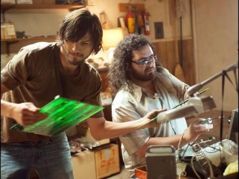 jOBS: Get Inspired: Ashton Kutcher e Josh Gad analizzano i loro prodotti in una scena del film