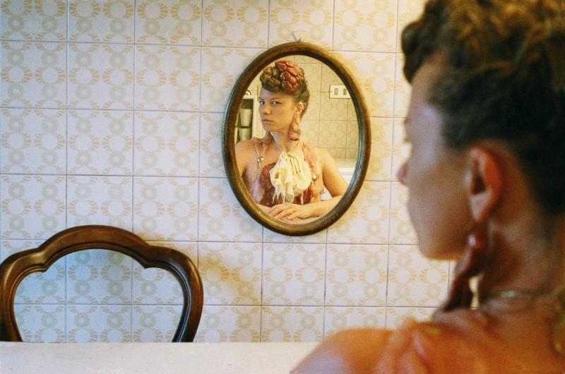 L'uomo doppio: un'immagine di Sissi riflessa nello specchio