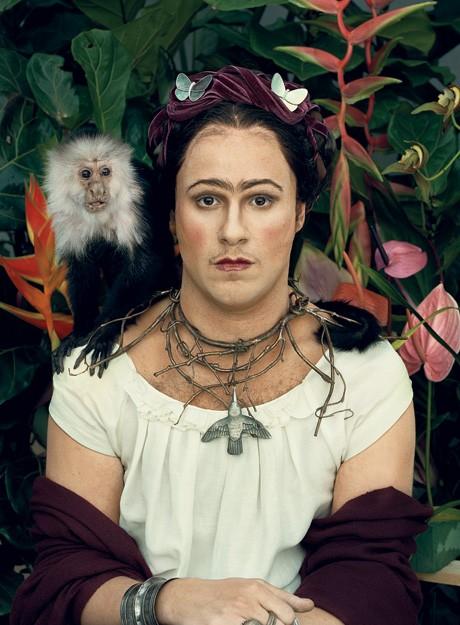 Seth Rogen reinterpreta la pittrice messicana Frida Kahlo.