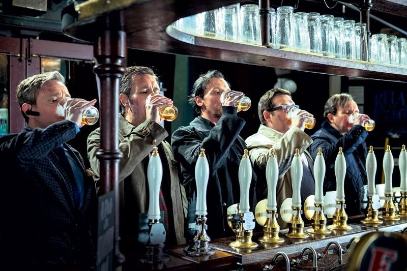The World's End: Simon Pegg, Nick Frost, Martin Freeman, Paddy Considine e Eddie Marsan impegnati a bere una pinta al pub