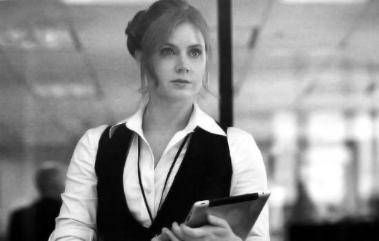 Una bella immagine di Amy Adams in bianco nero ne L'uomo d'acciaio