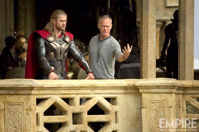 Thor: The Dark World: Chris Hemsworth prima di una scena insieme al regista Alan Taylor