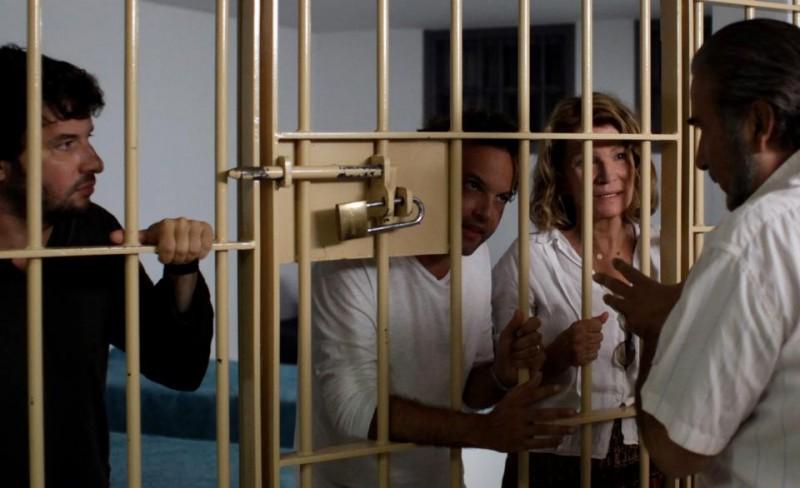 Nicole Garcia, Michaël Abiteboul ed Eric Caravaca in Tu honoreras ta mère et ta mère con Lakis Lazopoulos