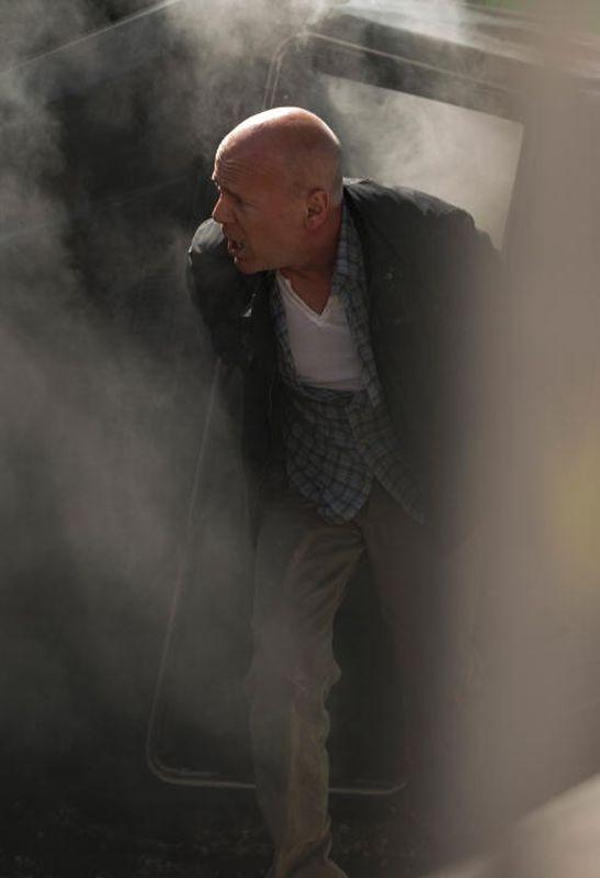 Bruce Willis in una fumosa scena d'azione di Die Hard - Un buongiorno per morire