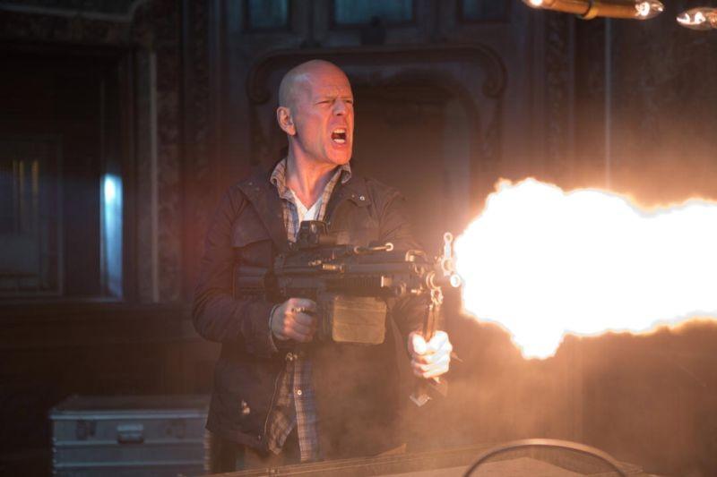 Bruce Willis in una scena d'azione di Die Hard - Un buongiorno per morire