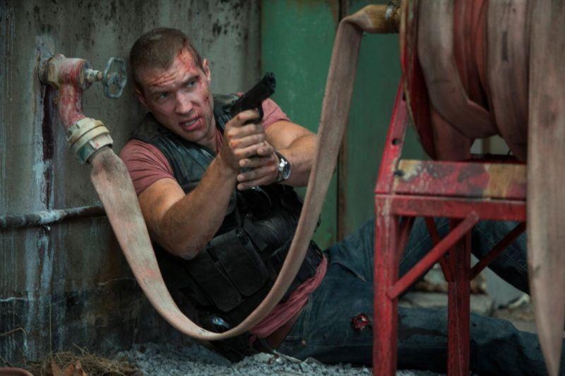 Jai Courtney in una rocambolesca scena di Die Hard - Un buongiorno per morire