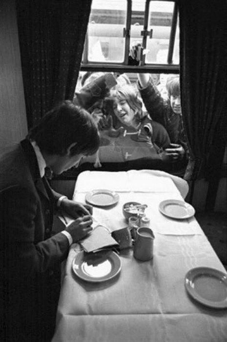 George Harrison assediato dalle fan, 1964 - foto di David Hurn
