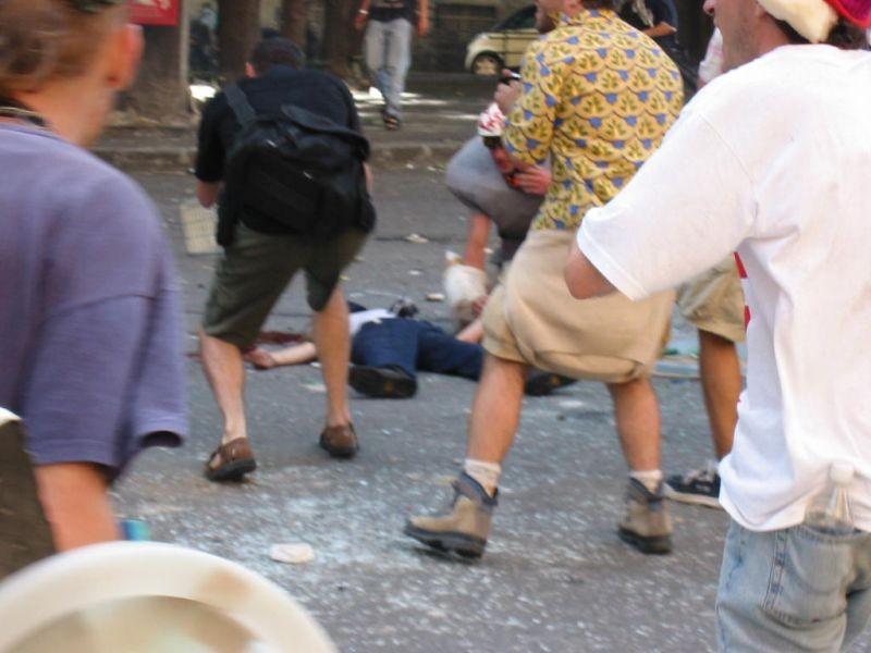 The Summit: Carlo Giuliani a terra dopo essere stato colpito a morte dalla polizia