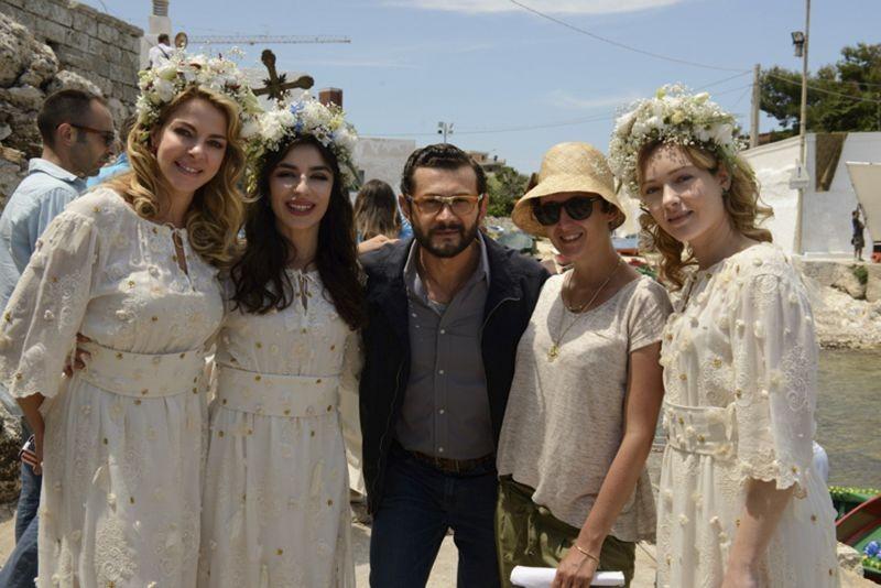 Amiche da morire: Vinicio Marchioni, Claudia Gerini, Cristiana Capotondi e Sabrina Impacciatore sul set con la regista Giorgia Farina