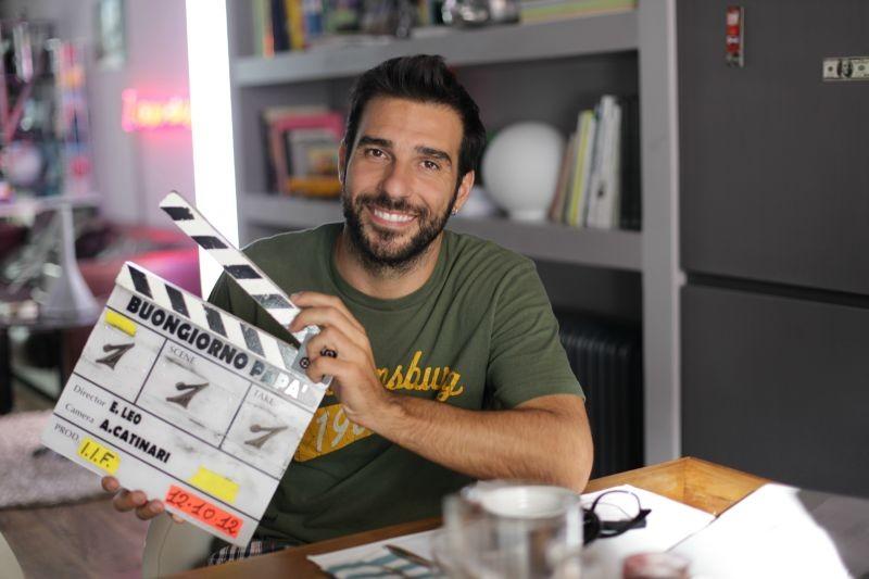Buongiorno papà: il regista Edoardo Leo sorride sul set