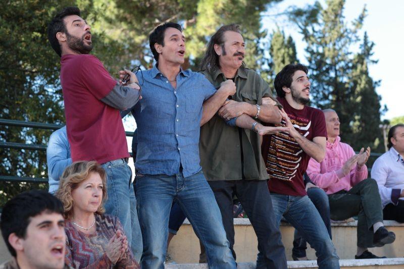 Buongiorno papà: Marco Giallini con Edoardo Leo e Raoul Bova sugli spalti in un'immagine del film