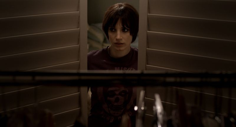 La madre: Jessica Chastain guarda sospettosa nell'armadio in una scena
