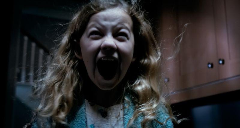 Mama: Megan Charpentier in una spaventosa scena del film