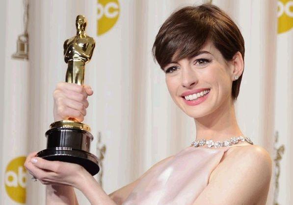 Oscar 2013: Anne Hathaway con l'Academy Award per Les Misérables