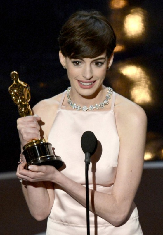 Oscar 2013: Anne Hathaway con la statuetta vinta per Les Misérables