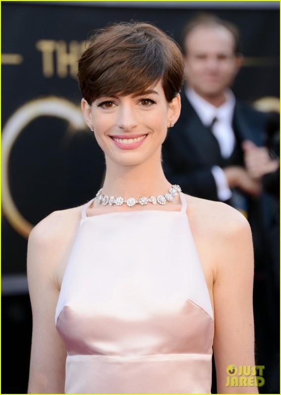 Oscar 2013: Anne Hathaway sul red carpet