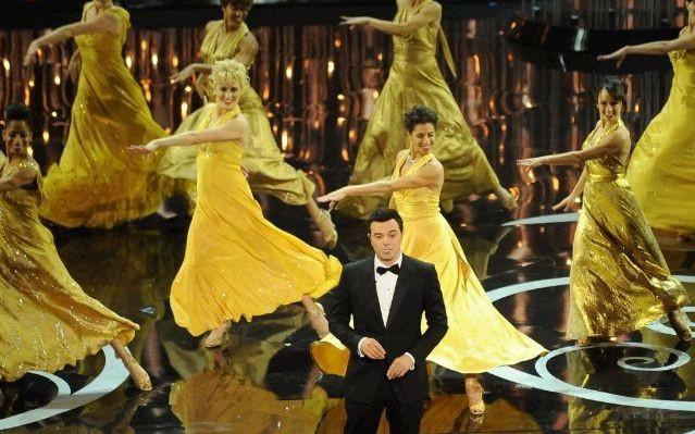 Oscar 2013: il conduttore Seth MacFarlane durante un numero musicale