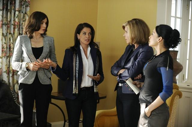 The Good Wife: Julianna Margulies, Annabella Sciorra, Christine Baranski ed Archie Panjabi nell'episodio Waiting for the Knock