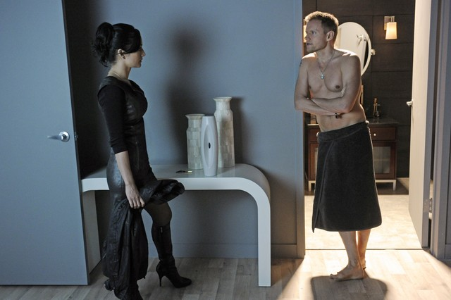 The Good Wife: Marc Warren ed Archie Panjabi nell'episodio Here Comes the Judge