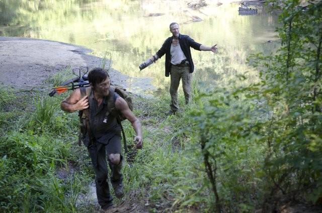 The Walking Dead: Norman Reedus e Michael Rooker in una scena dell'episodio Bentornato a casa