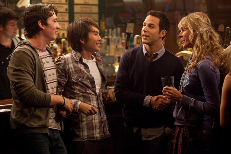 Miles Teller, Skylar Astin e Justin Chon in una scena di Un compleanno da leoni con Sarah Wright