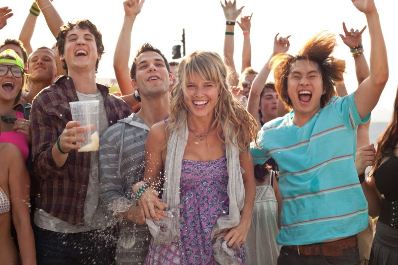 Miles Teller, Skylar Astin e Justin Chon nella commedia Un compleanno da leoni con Sarah Wright
