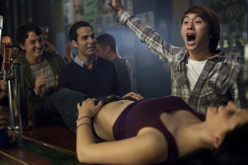Un compleanno da leoni: Miles Teller e Skylar con Justin Chon in una sequenza
