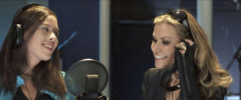 All You Can Dream: Anastacia con Hali Mason sorridenti in una scena del film