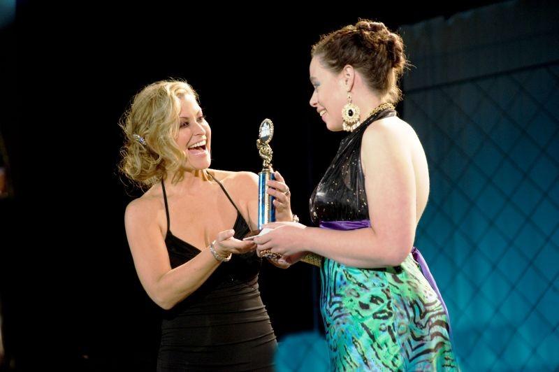 All You Can Dream: Anastacia premia Hali Mason in un'immagine del backstage